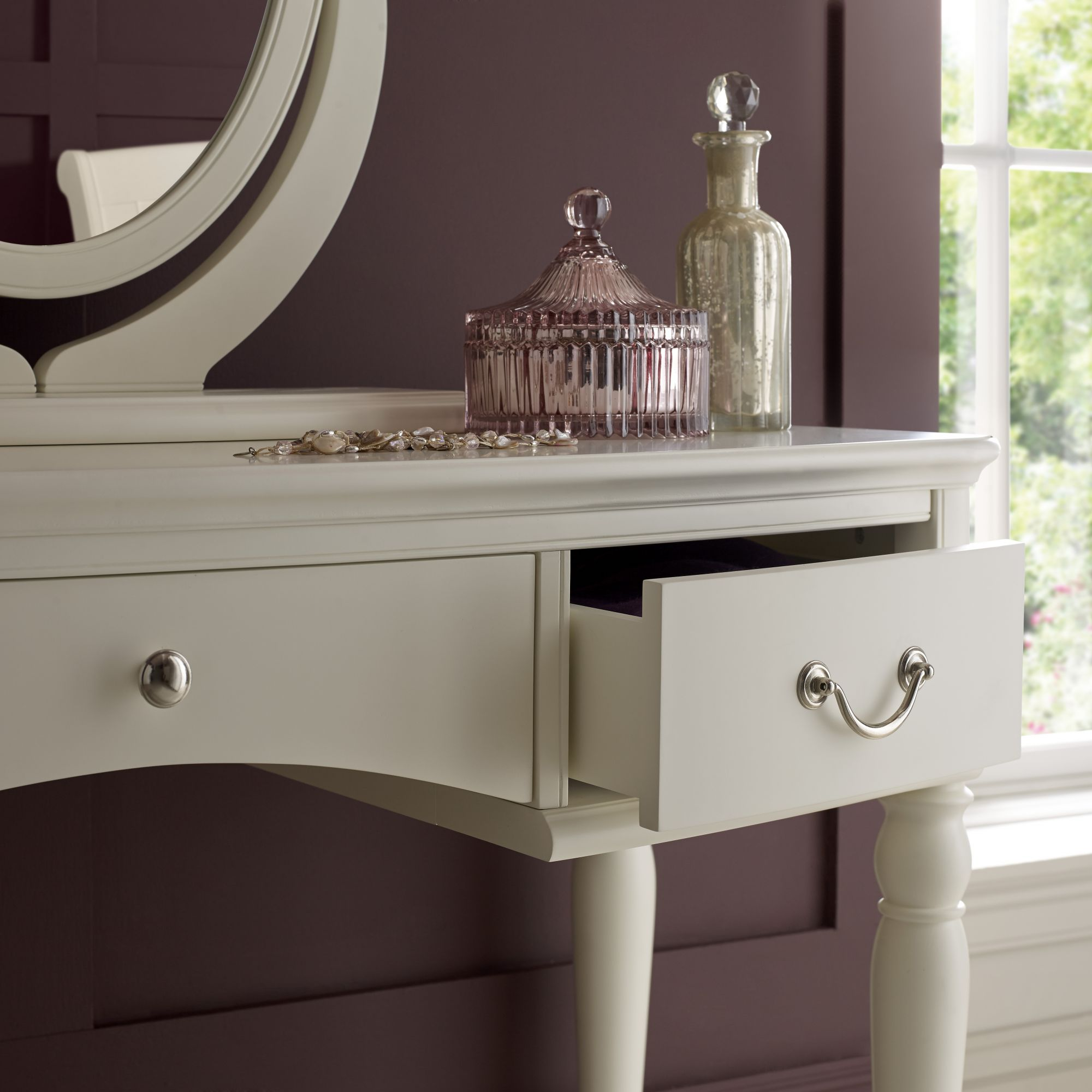 close up vanity paris ivory