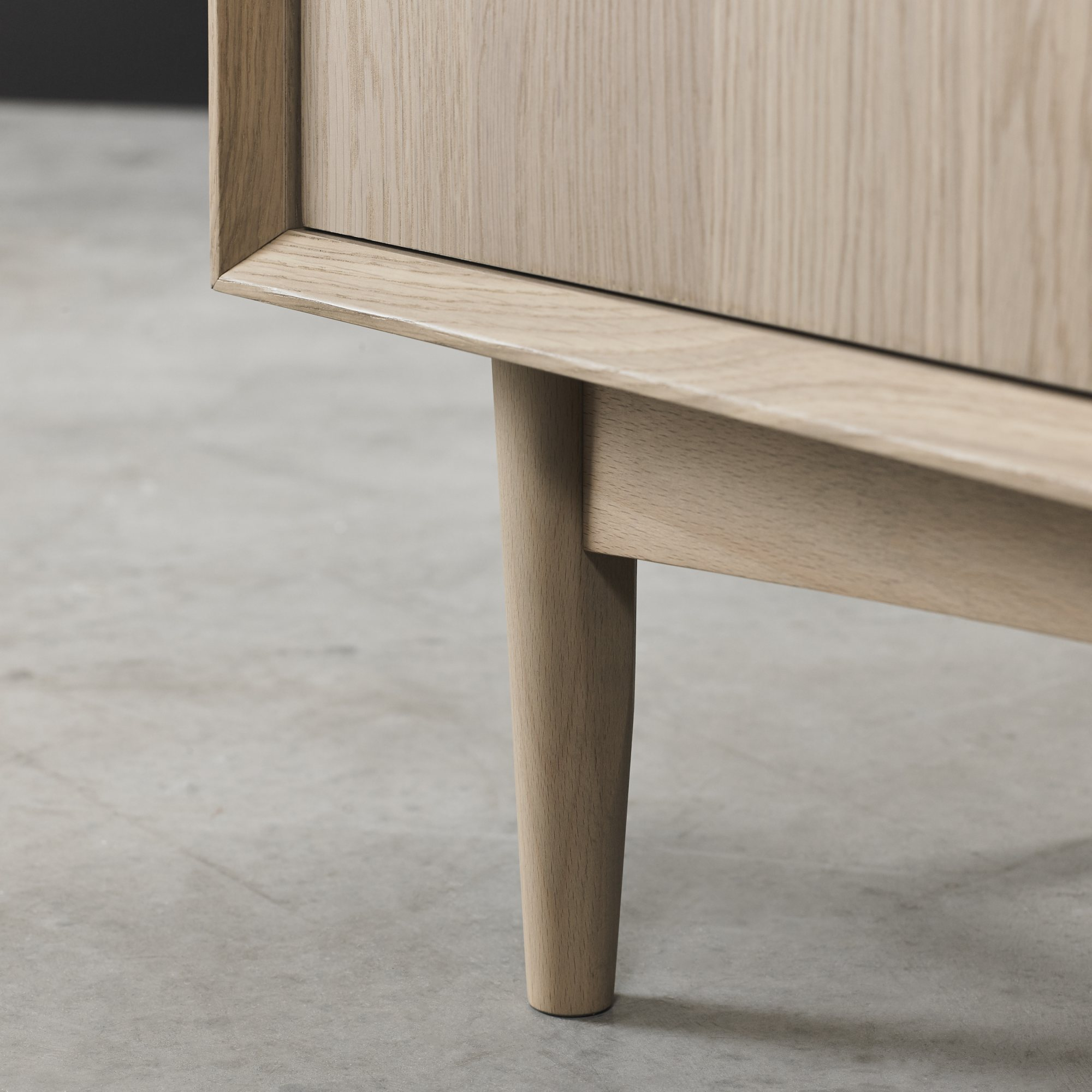 RETRO OAK LEG DETAIL