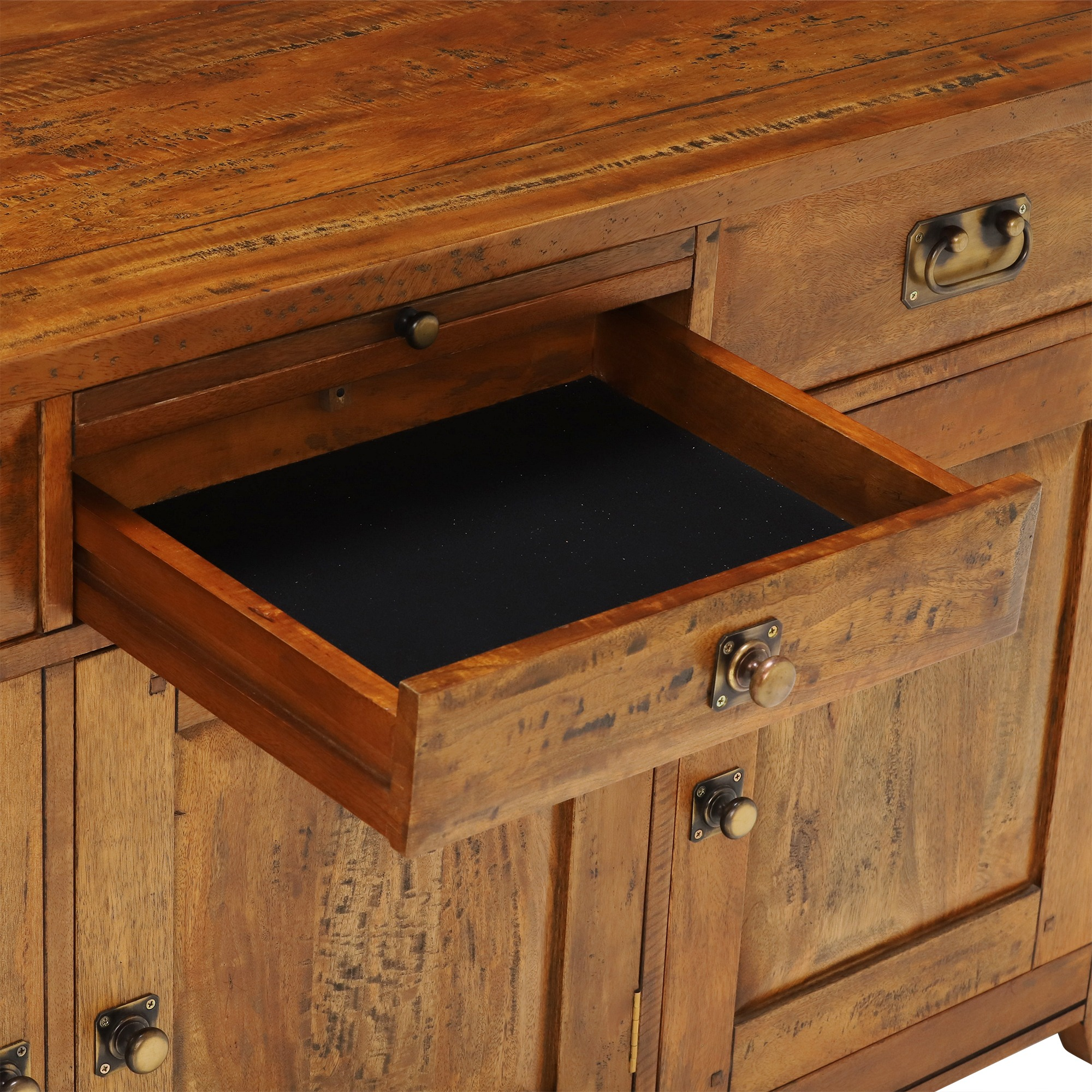 MIDDLE DRAWER CLOSE UP